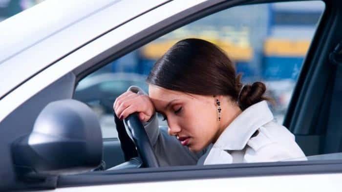 vezetés veszélye álmosság esetén; álmosság veszélye vezetés közben